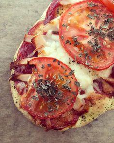 Naanbrød, ketter, kyllepålæg, Cheasy revet mozzarella ost 13% og tomat på toppen👌🏻. . #fitdk #kylling #fitfamdk #sund #ketchup #easis #heinz #pizza #kyckling #pålägg #naan #naanbröd