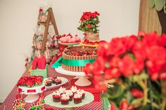 Festa tema Picnic para irmãos | Macetes de Mãe Table Settings, Table Decorations, Crafts, Home Decor, Picnic, Cool Ideas, Cake, Red Hats, Party