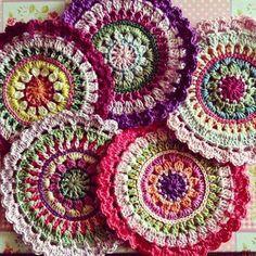 yuvarlak tığ işi örülmüş ren renk örgü motifler
