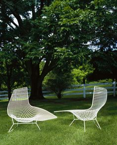 #Bertoia asymmetric chaise lounge - the white finish lends a strong contrast to the curving wire form