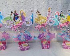 Centro de mesa princesa belle centro de mesa por TheRustiqueNail Princess Birthday Centerpieces, Disney Princess Birthday Party, Princess Party Favors, Barbie Party Decorations, Girl Birthday Decorations, Creations, Cricut, Princess Aurora Party, Belle Cake