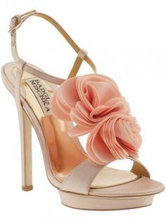 Si piensas casate, debes saber que los zapatos siempre son parte fundamental del atuendo de una novia. Los diseñadores de moda nupcial nos dejaron maravillosas colecciones durante 2012, marcando así las tendencias para el próximo año: los colores, los accesorios con brillos, y los estilos ultra femeninos son algunas de las que se mantendrán en 2013.