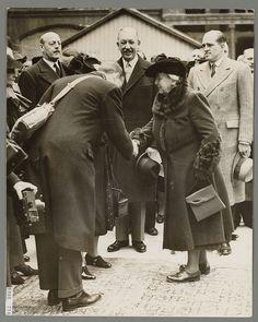Koningin Wilhelmina wordt begroet bij haar aankomst voor kerkdienst | Flickr - Photo Sharing!
