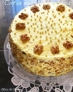 Acest Tort cu nuci, stafide si bezea este un regal. Dupa deserturile cu ciocolata, pe locul doi in preferintele noastre sunt cele cu nuca. Nu stiu daca pozele reusesc sa va transmita asta, d… Romanian Desserts, Romanian Food, Sweets Recipes, Cake Recipes, Cooking Recipes, Delicious Desserts, Yummy Food, Homemade Sweets, Something Sweet