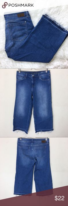 """Mavi Jeans Daria Mid-Rise Gaucho 30 Released Hem Mavi Jeans Daria Mid-Rise Gaucho 30 Released Hem   Size 30 with a frayed hem. Excellent condition!  No flaws.   Approximate measurements: Waist- 16"""" Rise- 9"""" Inseam- 21.75"""" Leg opening- 11"""" across Mavi Jeans Ankle & Cropped"""