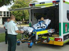 #AMBULANCIAS BARIÁTRICAS  Desde Australia, probando una #ambulancia bariátrica. ( Foto de @Karen Jacot Trumbull )