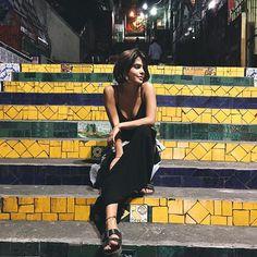 Escada amarela e fita no pé