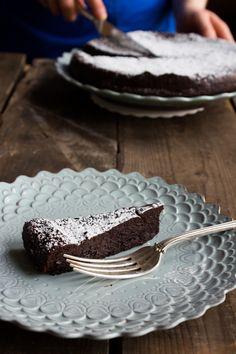 A slice of decadence: flourless chocolate cake Flourless Desserts, Flourless Chocolate Cakes, Gluten Free Recipes, Free Food, Cake Ideas, Sweet Tooth, Birthday Cake, Baking, Kitchen