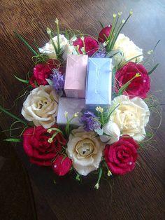 оформлення подарунка. Квіти з цукерками