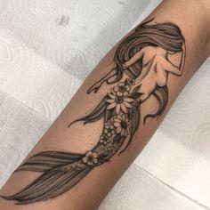 Tatuagem feita por Lucas Martinelli de São Paulo.    Sereia com calda formada por flores.