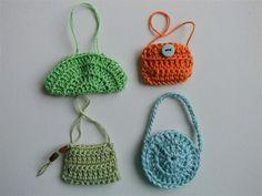 Miniature crochet handbags tutorial DIY for Barbie Crochet Handbags, Crochet Purses, Crochet Dolls, Crochet Crafts, Yarn Crafts, Crochet Projects, Crochet Motifs, Crochet Patterns, Love Crochet