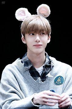 Hyungwon sendo a coisa mais fofa, apreciemos.