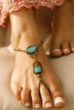 crea tus propias joyas para tus pies con reciclando restos de otras joyas como piedras d collares, pendientes perdidos, etc...