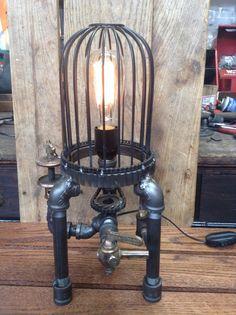 lampe faite a partir d un bidon d essence et d une baladeuse lampe de bureau pinterest. Black Bedroom Furniture Sets. Home Design Ideas