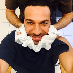 #CostantinoVitagliano Costantino Vitagliano: Buongiorno a tutti...barba e capelli✂️ #ciemme #ciemmeparrucchieri #milano #goodmorning #friday #workingday #selfie #hairstylist #costantino #siviveunavoltasola