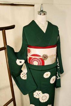 ほとんど黒に近い深く沈んだ緑色の地に、万華鏡のようなまんまるお花唐草模様が染め出された袷の付下げ着物です。 Japanese Outfits, Japanese Fashion, Japanese Clothing, Yukata Kimono, Kimono Fabric, Lovely Dresses, Beautiful Outfits, Modern Kimono, Kimono Design