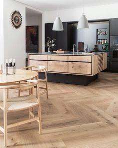 Warm toned Oak flooring in GrandPattern Herringbone beautifully combined with a bespoke kitchen from @gardehvalsoe made in Dinesen…