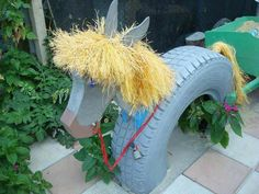 reuse old tires...WONDERFUL !!!...Wouldn't the little ones love riding this horse?!