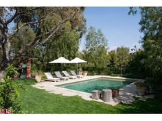 Trisha Troutz: Spanish Style in Brentwood ༺༺ 🏡 ❤ ℭƘ ༻༻ Spanish Bungalow, Spanish Style Homes, Spanish House, Spanish Colonial, Spanish Courtyard, Simple Pool, Film Home, Courtyard Design, Weekend House