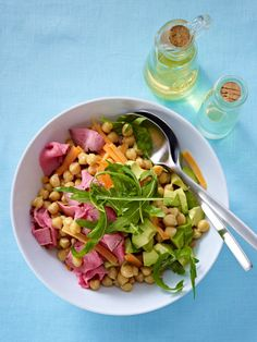 So machen Sie aus Kichererbsen, Avcoado, Rauke, Möhren und Roastbeef einen leckeren Salat.