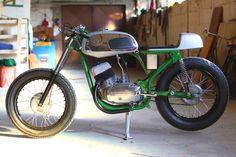 Jawa 350 1975 - Bone Gestripte look lijkt me wel iets voor de mijne Motorcycle Store, Motorcycle Engine, Cafe Racer Motorcycle, Cafe O, Brat Cafe, Cool Motorcycles, Vintage Motorcycles, Jawa 350, Motorbike Design