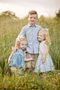 Three siblings posing in grassy field. Three siblings posing in grassy field. The post Three siblings posing in grassy field. appeared first on Pink Unicorn. Sibling Photography Poses, Sibling Photo Shoots, Sibling Photos, Family Portrait Photography, Family Photographer, Family Portraits, Toddler Photography, Photography Outfits, Photography Props
