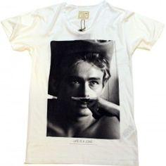 """Camiseta de pico Elevenparis en color blanco, en la que aparece el rostro de James Dean. Como no podía ser de otra manera, el personaje aparece con el gesto del """"bigote"""" que  tan popular ha vuelto a la marca…. Este año te tienes que hacer con una de estas"""
