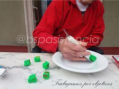 """Actividad: """"Entrenamiento de la alimentación en AVC"""" con cubiertos con engrosadores. #TerapeutaOcupacional: Marina Equipo BSP Asistencia #ResidenciaEsguard  #GentGran #Mayores #Ancianos #Alzheimer #Parkinson #TerapiasaMayores"""