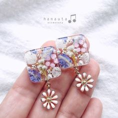 "hanauta ❁ [ accessory ] on Instagram: ""優しいスクエア × 揺れる花❁   お花のチャームは、ほんのりパステルピンクです☺︎   こちらは1点もので、次回のweb shop販売に出品予定です☺︎   …"" Diy Resin Art, Diy Resin Crafts, Jewelry Crafts, Uv Resin, Resin Jewelry Tutorial, Resin Jewelry Making, Resin Charms, Homemade Jewelry, Resin Pendant"