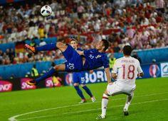 Croácia vence a Espanha e as duas estão apuradas para os oitavos-de-final do Euro 2016 http://angorussia.com/desporto/croacia-espanha/