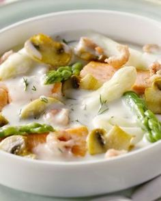 Een heerlijk origineel en licht vispannetje met witte en groene asperges. De vis kan je vervangen met vissoorten naar keuze. Lekker met aardappelpuree, gekookte aardappelen, linguine of gewoon zo.
