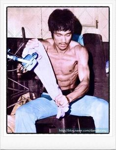 Bruce Lee Workout, Eminem, Bruce Lee Pictures, Blue Lee, Lee Movie, Bruce Lee Family, The Artist Movie, Bob Marley, Bruce Lee Martial Arts