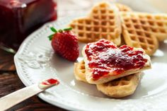 valentines day wont be complete without this 15 best selling heart shaped waffle maker Cool Kitchen Gadgets, Cool Kitchens, Breakfast Recipes, Dessert Recipes, Desserts, Heart Shaped Waffle Maker, Valentines Day Food, Mini Pumpkins, Wonderful Things