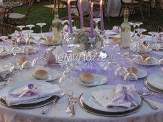 http://www.lemienozze.it/gallerie/foto-fiori-e-allestimenti-matrimonio/img15023.html  Allestimento del tavolo del ricevimento matrimonio sulle tonalità del lilla