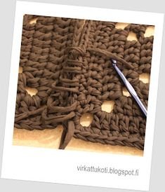 virkattukoti: Viktoriaaninen matto Diy And Crafts, Hair Accessories, Victorian, Rugs, Knitting, Carpet, Crochet Chart, Diy Rugs, Tricot