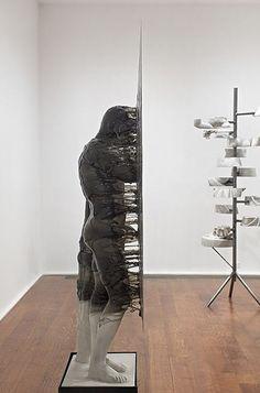 Nick Van Woert é um artista americano, suas esculturas são muito interessantes não apenas pela surpresa que temos ao ver um homem grudado tentando se desprender da parede ou uma escultura que parec…