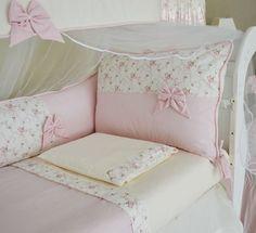 O kit de berço DOCE DE BEBÊ é confeccionado em tecido Percal 100% Algodão 200 fios anti-alérgico de QUALIDADE.    O toque é macio e os detalhes são com laços feitos à mão.    Cor = Palha / Floral de Rosa..      Composição Têxtil: Percal 100% Algodão.    Cor disponível: única.    Tamanho: indicado... Baby Crib Bedding, Baby Pillows, Baby Bedroom, Bedroom Decor, Cot Sets, Bathroom Towel Decor, Baby Decor, Cool Baby Stuff, Handmade Baby