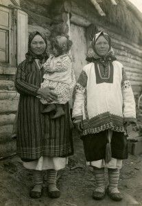 Women in traditional dress and lapti bast shoes, Riazan region, Russia. Early 20th century.