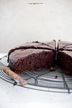 Buraczane ciasto czekoladowe Składniki:  50 g kakao 175 g mąki pszennej 1,5 łyżeczki proszku do pieczenia 200 g drobnego cukru do wypieków 250 g ugotowanych buraczków, zmiksowanych na puree 3 duże jajka 200 g oleju słonecznikowego lub rzepakowego 100 g deserowej lub gorzkiej czekolady bardzo drobno posiekanej