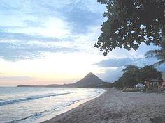 Vista parcial da orla de Piúma a partir da Praia do Corujão, com o Monte Aghá ao fundo