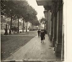 Passeig de Sant Joan. Al fons, l'Arc de Triomf :: Fons fotogràfic Frederic Mompou (Biblioteca de Catalunya)