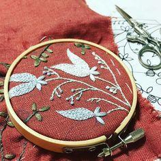 なかなか新しい図案が描けずにいたのですが、やっと刺し始めました . 気分に余裕がないとダメみたいですw . #刺繍 #ハンドメイド #手芸 #刺繍部 #野の花 #雑草 #ボタニカル #ヤブミョウガ #ユキノシタ #embroidery #handmaid #sewing #Wildflowers #weed #botanical