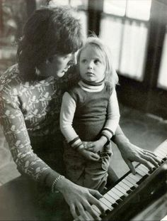 Paul McCartney at the piano with a very young Stella on his lap in Los Angeles, 1975 Photo by Harry Benson Ringo Starr, Harry Benson, John Lennon, Rock And Roll, Pop Rock, Liverpool, George Harrison, Lewis Carroll, Paul Mccartney And Wings