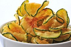 A healthy snack: baked zucchini chips. Zucchini Chips Recipe, Zucchini Crisps, Bake Zucchini, Zuchinni Chips, Zucchini Pasta, Cooking Zucchini, Fried Zucchini, Easy Healthy Breakfast, Healthy Snacks