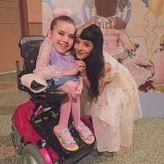 Mel with a fan! Melanie Martinez Mad Hatter, Melanie Martinez Music, Melanie Martinez Drawings, Crybaby Melanie Martinez, Adele, Cry Baby, Billie Eilish, Melanie Martinez Photography, Mealine Martinez