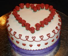 love the piped heart border on this cake