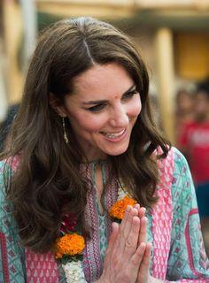 Le prince William et son épouse la duchesse de Cambridge, née Kate Middleton ont joué au football avec des enfants pauvres des bidonvilles de Bombay,...