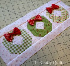 Sewing Block Quilts Christmas wreaths by Julie Cefalu @ the Crafty Quilter, no pattern Christmas Blocks, Christmas Quilt Patterns, Christmas Sewing, Noel Christmas, Christmas Projects, Holiday Crafts, Christmas Wreaths, Christmas Tables, Purple Christmas