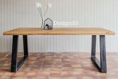 Robuuste en industriële tafel van eikenhout en stalen poten in de vorm van een trapezium