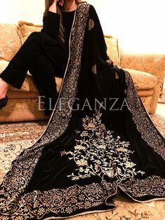 Block printed floral border on four sides of the shawl with two floral bunch screens on both ends and boti chata on the center of shawl. Simple Pakistani Dresses, Pakistani Bridal Dresses, Pakistani Dress Design, Dress Indian Style, Indian Dresses, Indian Clothes, Casual Party Dresses, Dress Formal, Velvet Dress Designs